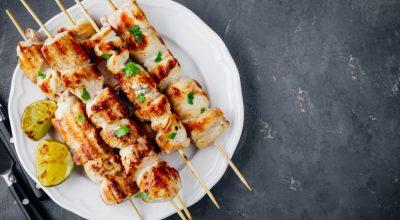 11 receitas de espetinho de frango para animar o seu churrasco