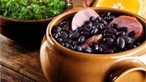 8 receitas de feijão com calabresa para servir um prato cheio de sabor