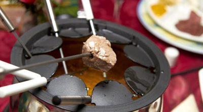 21 receitas de fondue de carne e molhos para esquentar os dias frios
