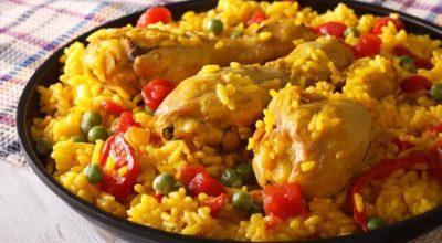 14 receitas de galinhada que têm a cara de comida de casa de mãe