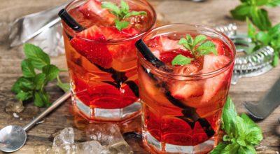 10 receitas de gin com morango para um drink apaixonante