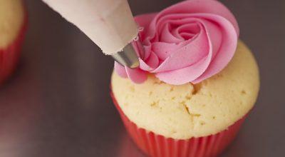 5 receitas de glacê real para deixar seus doces muito mais charmosos