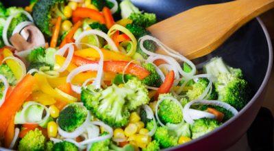 10 receitas de legumes salteados que vão deixar todo mundo pedindo bis