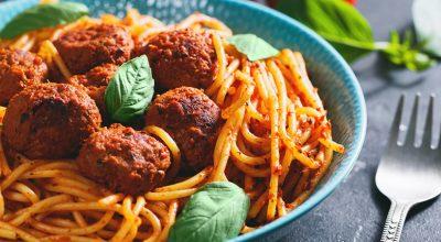 14 receitas de macarrão com almôndegas para impressionar no jantar