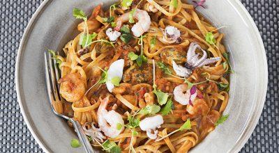 25 receitas de macarrão com frutos do mar para você se sentir na praia