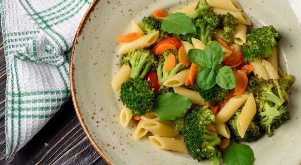 12 receitas de macarrão com legumes para um prato colorido e saudável