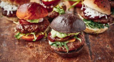 12 receitas de mini-hambúrguer para servir em suas comemorações
