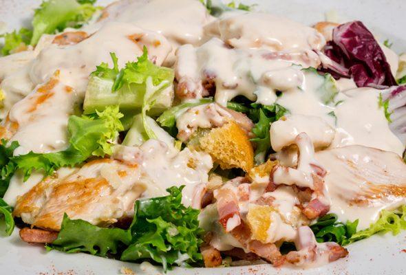 12 receitas de molho Caesar perfeitos para suas saladas