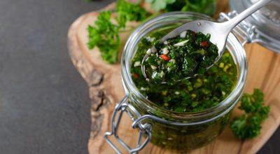 11 receitas de molho chimichurri que vão elevar o sabor dos seus pratos