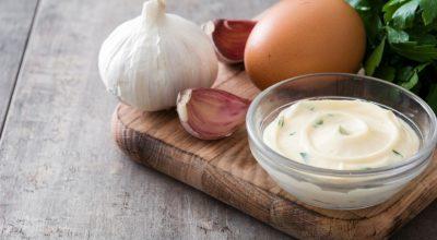 11 receitas de molho de alho para churrasco que vão arrancar suspiros