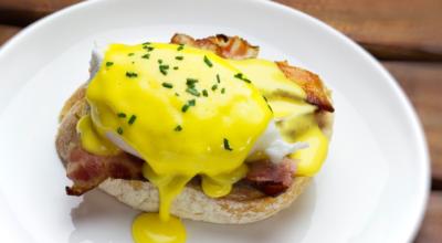 11 receitas de ovos benedict perfeitas para viajar sem sair de casa