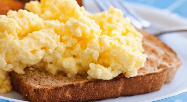 10 receitas de ovos mexidos cremosos iguais aos de hotel