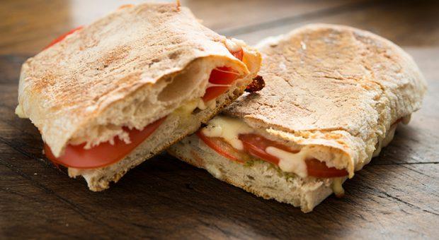 10 receitas de panini que vão garantir lanches irresistíveis