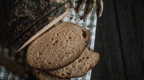 7 receitas de pão preto para incluir no seu dia a dia