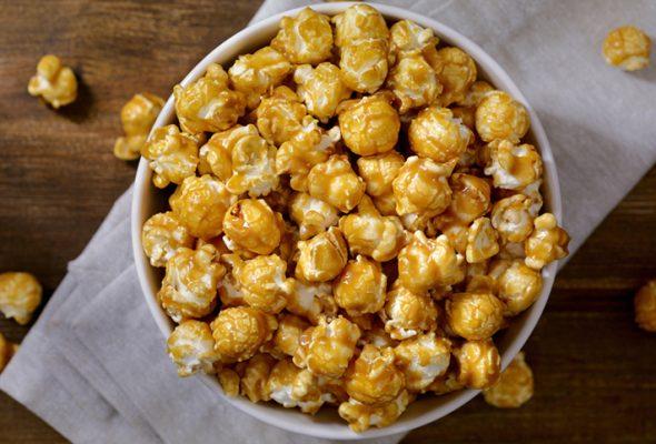 11 receitas de pipoca caramelada que podem acompanhar um filminho