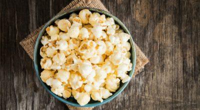 7 receitas de pipoca com manteiga tão deliciosas que parecem coisa de cinema