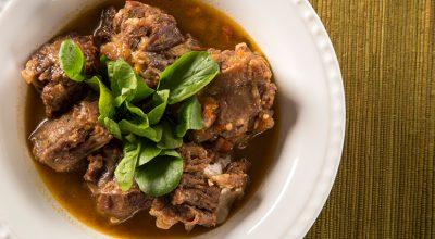 7 receitas de rabada com agrião para comer até roer os ossos de tão gostosas