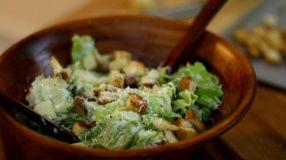 15 receitas de salada Caesar que unem sabor e praticidade