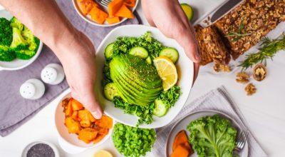 19 receitas de salada de abacate saborosas para surpreender os fãs da fruta