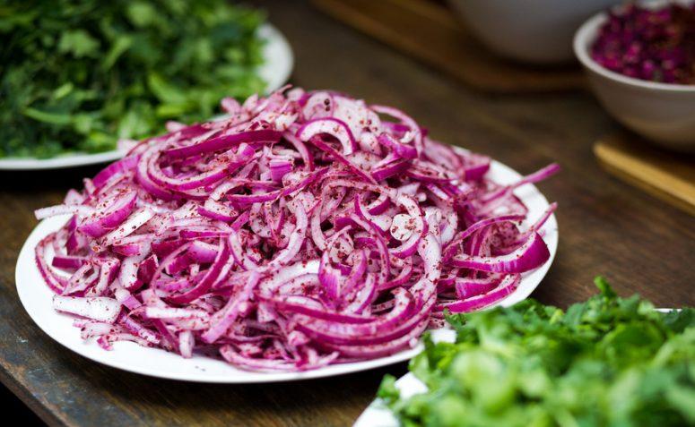 Salada de cebola roxa com orégano
