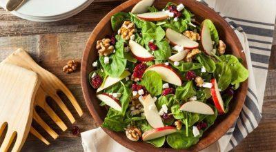 12 receitas de salada de espinafre para compor refeições mais saudáveis