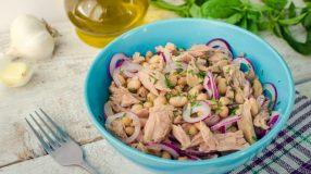 10 receitas de salada de grão-de-bico com atum para um prato completo