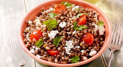 24 receitas de salada de lentilha incríveis para ter sorte durante o ano todo