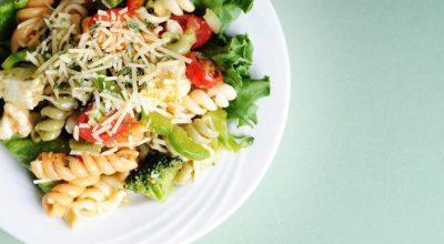 34 receitas de salada de macarrão para uma salada gostosa e refrescante