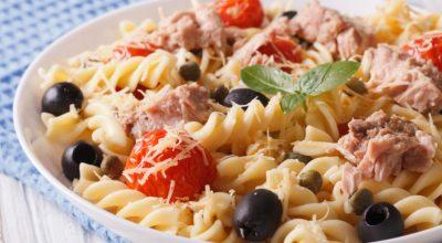 10 receitas de salada de macarrão com atum ideais para os dias quentes