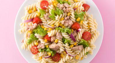 10 receitas de salada de macarrão simples que vão refrescar suas refeições