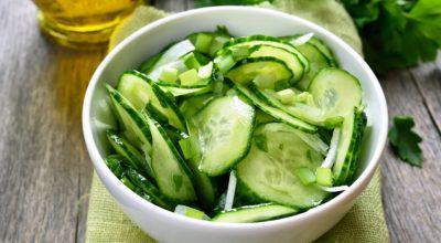 17 receitas de salada de pepino para deixar suas refeições mais frescas
