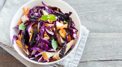 7 receitas de salada de repolho com abacaxi coloridas e refrescantes