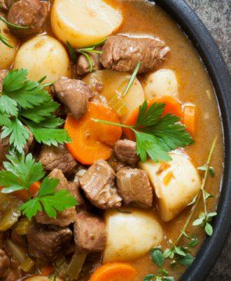 17 receitas de sopa de carne que são perfeitas para os dias mais frios