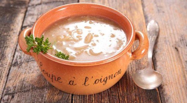 26 receitas de sopa de cebola que servem como entradas ou pratos principais