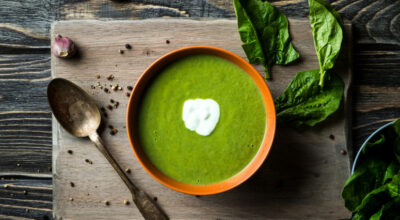 17 receitas de sopa de espinafre para sentir o sabor incrível desse prato