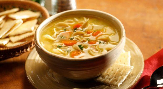 14 receitas de sopa de macarrão deliciosas e que esquentam até a alma