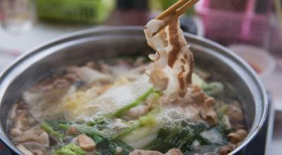 5 receitas de sukiyaki para reunir os amigos e fortalecer os laços