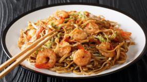11 receitas de yakisoba de camarão para uma comida oriental em casa