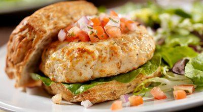 14 receitas de hambúrguer de frango para inovar nos seus lanches