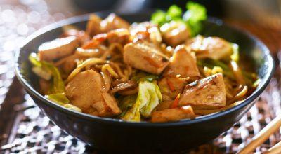 12 receitas de yakisoba de frango para você saborear essa comida oriental