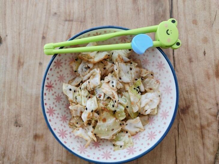 Salada de repolho com gergelim e shoyu