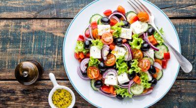 12 receitas de salada grega para uma refeição mediterrânea muito gostosa