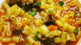 Sopa de carne moída com macarrão e legumes