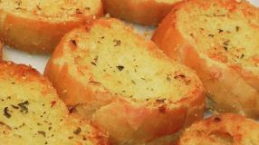 Torradinhas de maionese e queijo